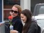 Macaulay Culkin recebe namorada com uma rosa em aeroporto