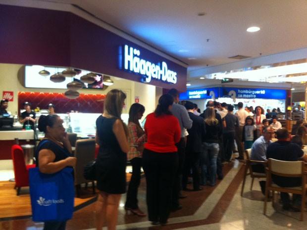 Apostadores formam longa fila para tentar a sorte na Mega-Sena no Shopping Morumbi (Foto: Isabela Marinho/G1 São Paulo)