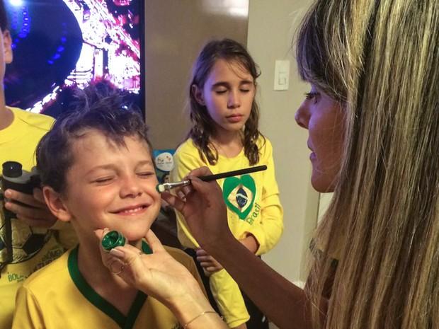 VITÓRIA: Garoto tem o rosto pintado para assistir a abertura dos jorgos olímpicos do Rio na casa de sua família em Vitória, no Espírito Santo (Foto: Naiara Arpini/G1)