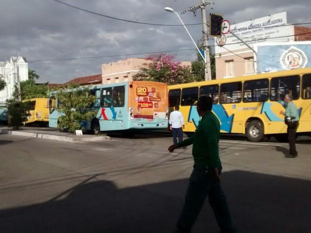Motoristas estacionam ônibus na Avenida Imperador, em Fortaleza