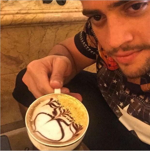 Rodrigo Godoy toma cappuccino com ouro em lua de mel em Abu Dhabi (Foto: Reprodução / Instagram)