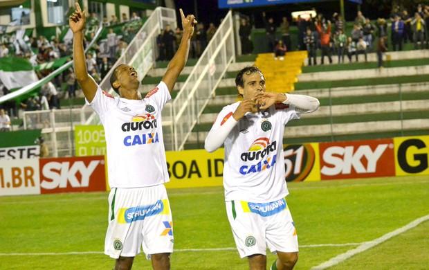 Athos comemora gol do Chapecoense contra o América-MG (Foto: Junior Matitello / Agência estado)