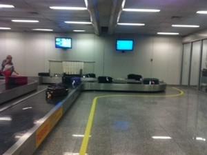 Com os passageiros retidos no avião por causa da falta de luz, as malas ficaram à deriva nas esteiras do Galeão (Foto: Arquivo pessoal)