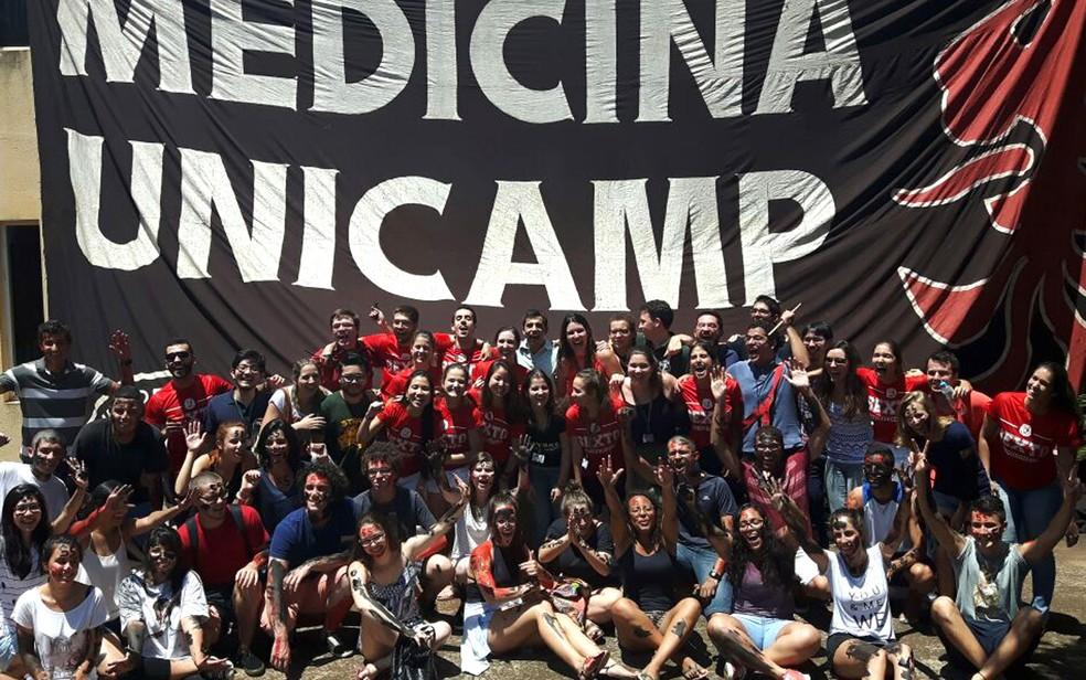 Calouros de medicina fazem matrícula presencial na Unicamp, em Campinas (Foto: Murillo Gomes / G1)