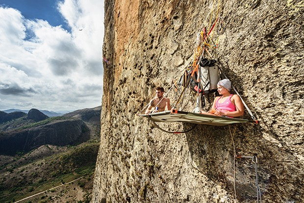 Felipe Camargo and Sasha DiGiulian are seen at the portaledge  at Pedra Riscada in Sao Jose do Divino, Brazil on july 24, 2016 // Marcelo Maragni/Red Bull Content Pool // P-20160901-00419 // Usage for editorial use only // Please go to www.redbullcontentp (Foto: Divulgação)