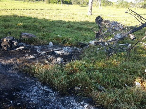 Aeronave ficou completamente destruída após pegar fogo e explodir após queda na Zona Rural de Ji-Paraná (Foto: Pâmela Fernandes/G1)