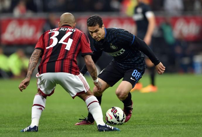 Hernanes De Jong Inter Milan (Foto: GIUSEPPE CACACE / AFP)