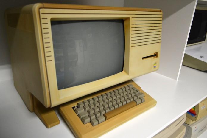 Apple Lisa II, lançado em janeiro de 1984. Sua grande inovação era o leitor de disquete de 3,5'', com 400 KB (Foto: Divulgação/HiMaker)