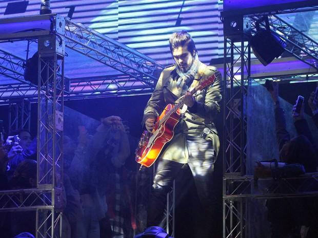 Luan Santana toca violão durante apresentação na Faici 2016 (Foto: Pedro Amatuzzi)