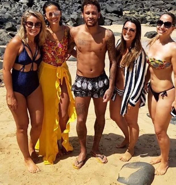 Bruna e Neymar com fãs (Foto: Reprodução/Instagram)