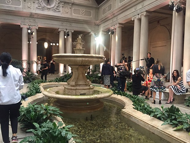 Fifth Avenue's Frick Collection, the venue for Carolina Herrera's SS17 show. (Foto: @SuzyMenkesVogue)