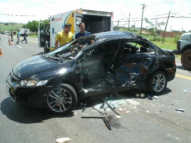 Lateral do carro ficou completamente destruída (Foto: Polícia Rodoviária Federal)