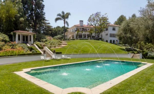 A área externa e piscina (Foto: Reprodução/ Hilton & Hyland)