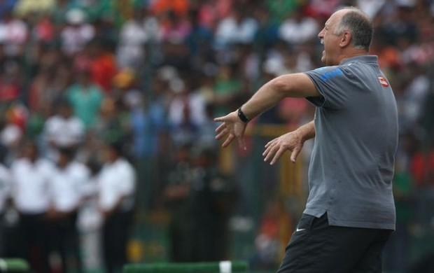 Luiz Felipe Scolari no jogo contra a Bolívia (Foto: Mowa Press)