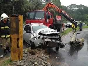 Carro ficou parcialmente destruído após se bater contra um poste  (Foto: Walter Paparazzo/G1)