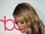Paris Hilton, decotada, se descuida e revela truque para não mostrar demais