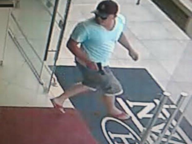 Homem fugiu e efetuou disparos ao sair da loja. (Foto: Divulgação/ Polícia Militar-MT)