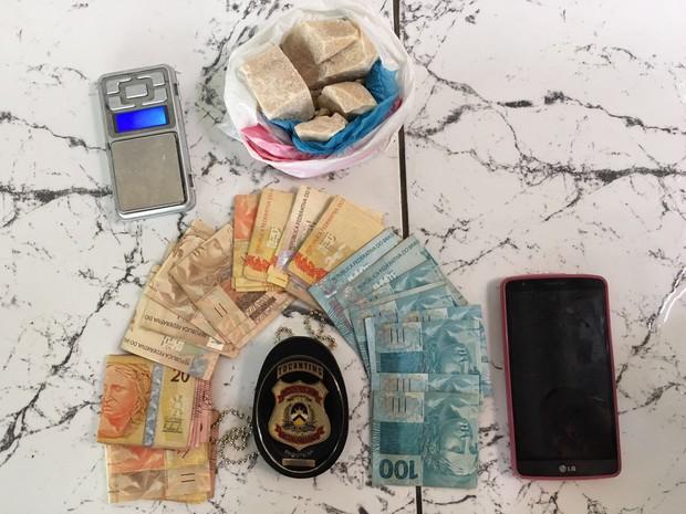 Dinheiro, carck e uma balança de precisão foram apreendidos pela polícia (Foto: Divulgação/Ascom SSP-TO)