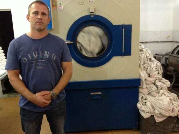 Preços da lavanderia exclusiva em peças de pets variam entre R$ 2,00, no caso de lavagem de uma toalha de banho, até R$ 20,00 para lavar o cesto ou a caminha do pet (Foto: Thais Kaniak / G1 PR)