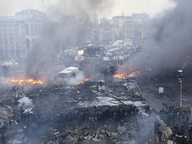 19/2 - Praça da Independência em Kiev é vista transformada em cenário de guerra durante confrontos na manhã desta quarta-feira (19) (Foto: Olga Yakimovich/Reuters)