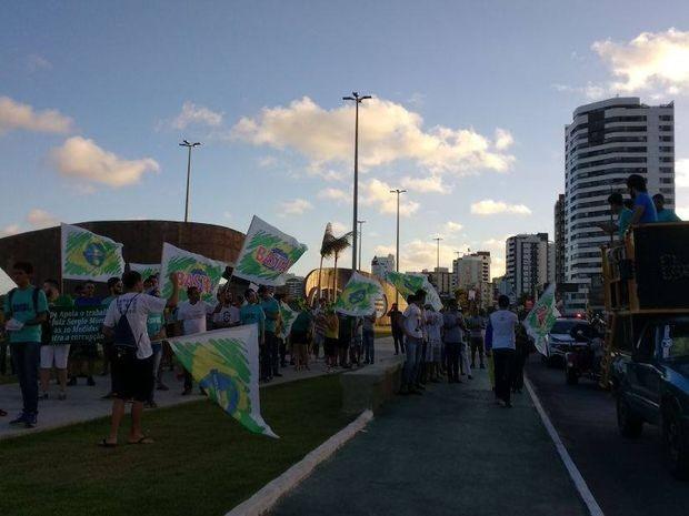 Manifestantes caminharam pela Av. Beira-Mar com faixas em Aracaju (Foto: Danilo Mecenas/TV Sergipe)