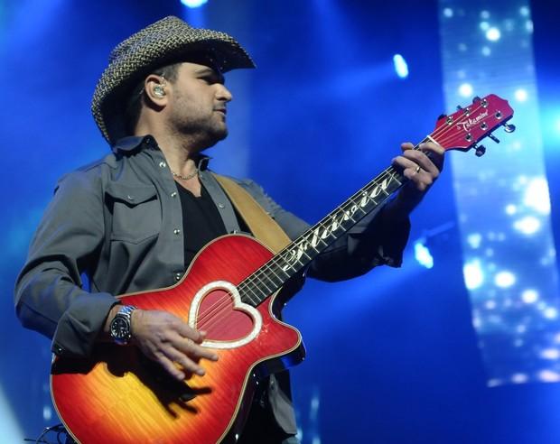 Luciano com violão em homenagem à mulher, Flávia (Foto: Francisco Cepeda/Ag News)
