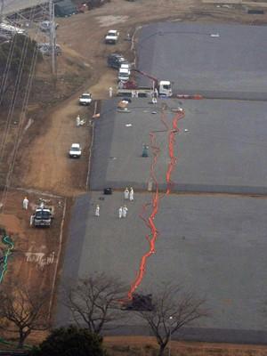 Vista aérea mostra o local de um dos tanques reservatórios subterrâneos, de onde até 120 toneladas de água contaminada podem ter vazado no solo. A imagem é deste sábado (6) (Foto: Reuters)
