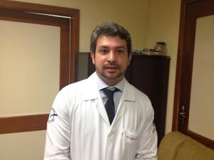 Cirurgião plástico do Hospital de Emergências, Alieksei Mello (Foto: Cassio Albuquerque/G1)