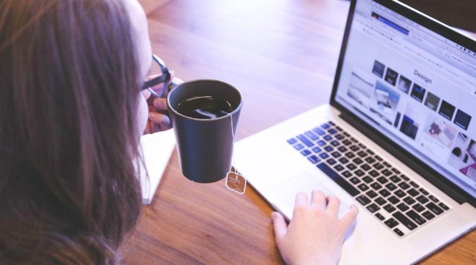 Mulher trabalhando, computador, notebook, tranquila (Foto: Divulgação)