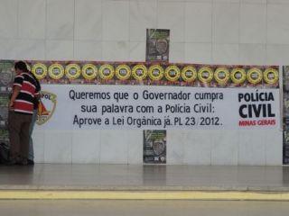 Cartazes e faixas explicam a situação  (Foto: Michelle Moura )