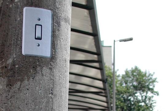 Em seu site, os criadores do Poro disponibilizam adesivos de interruptores para quem quiser se engajar com a iniciativa e colá-los em postes de luz (Foto: Poro)