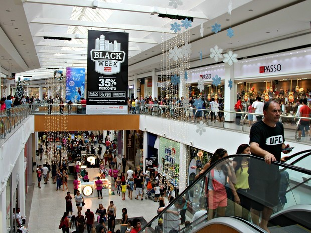 Clientes lotaram Amazonas Shopping na busca por descontos  (Foto: Sérgio Rodrigues/ G1 AM)