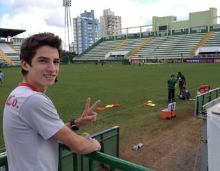 Eduardo Macieski - ex-gremista - apaixonado pela Chapecoense - hoje de manhã no treino do Verdão (Foto: Eduardo Cristófoli / RBS TV)