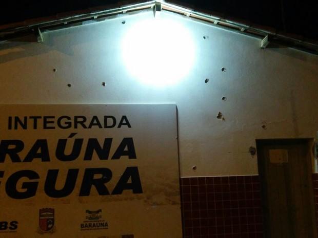 Marcas de tiros na delegacia da cidade (Foto: Eliú Estevam/Notícias de Baraúna)
