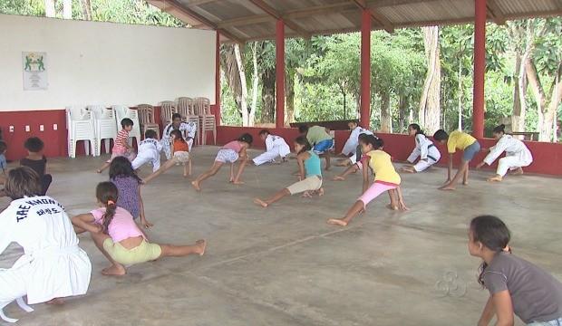 Crianças praticam artes marciais em projeto do Isacre (Foto: Reprodução TV Acre)