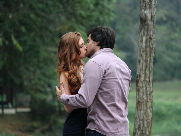 Thales e Nicole se encontram sem que Leila saiba (Foto: Amor à Vida/TV Globo)