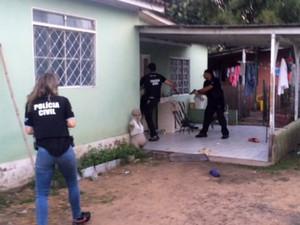 Polícia faz buscas em operação contra tráfico de drogas em São Leopoldo (Foto: Fábio Almeida/RBS TV)