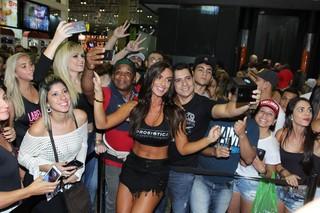 Nicole Bahls com fãs em evento fitness (Foto: Alex Palarea/Agnews)