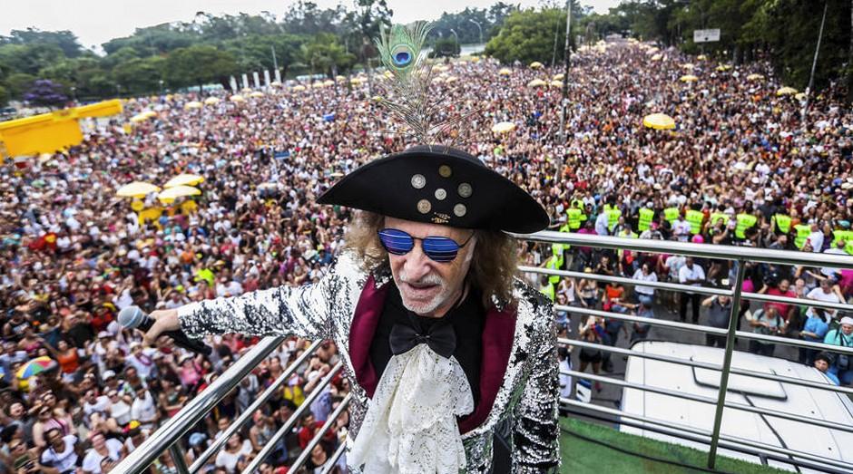 O cantor Alceu Valença se apresentando em São Paulo, com seu bloco Bicho Maluco Beleza; duas empresas são responsáveis pelos desfiles de alguns dos maiores blocos de rua do carnaval da cidade (Foto: Estadão Conteúdo)