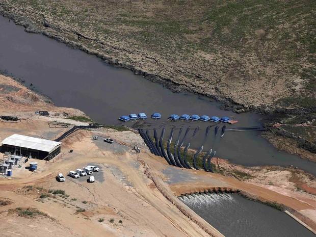 Carros e funcionários da Sabesp são vistos do alto perto de uma estrutura na represa de Jaguari, integrante do Sistema Cantareira, em Bragança Paulista (SP) (Foto: Nacho Doce/Reuters)