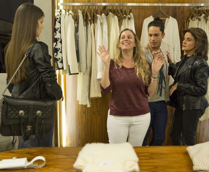 Diretora Natália Grimberg em cena com Camila Queiroz, Marieta Severo e Rainer Cadete (Foto: Felipe Monteiro/Gshow)