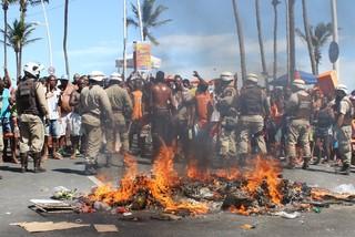 Protesto de ambulantes no circuito Barra Ondina (Foto:  Fábio Moreno/AgNews)
