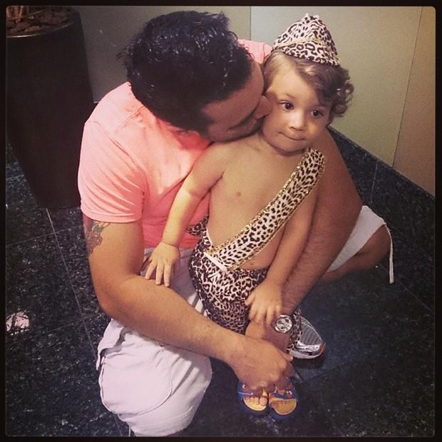 Marido de Priscila Pires com o filho (Foto: Instagram / Reprodução)