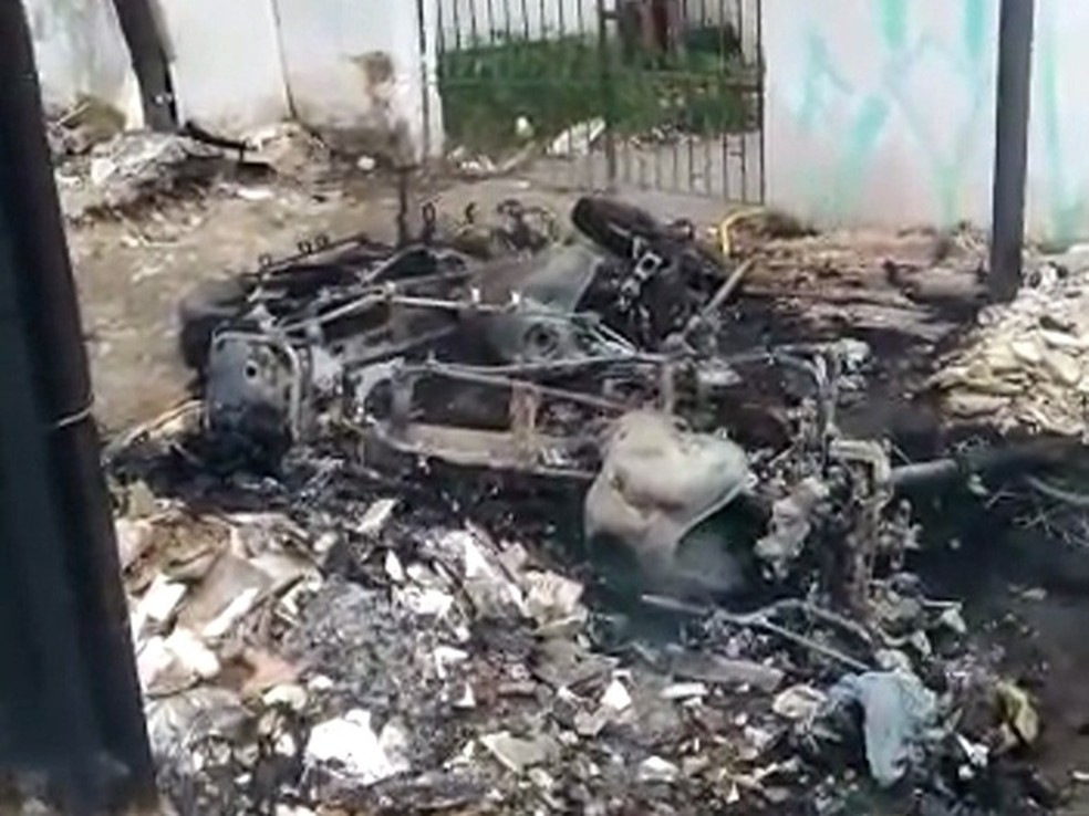 PMs realizavam ações de rotina em Olinda, quando tiveram motocicletas incendiadas (Foto: Divulgação/Polícia Militar)