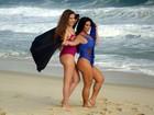 Solange Gomes posa de maiô em ensaio com a filha em praia no Rio