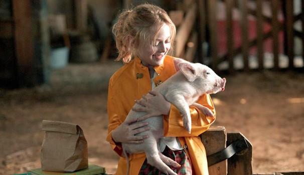 Fern (Dakota Fanning) passa a cuidar do porquinho Wilbur e tenta protegê-lo de virar comida (Foto: Divulgação/Reprodução)