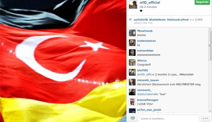 Mesut Özil mescla bandeiras de Alemanha e Turquia (Foto: Reprodução/Instagram)