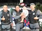 Dentro de viatura, PMs reanimam criança desmaiada em Manaus