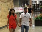 Nívea Stelmann passeia em shopping com o novo namorado