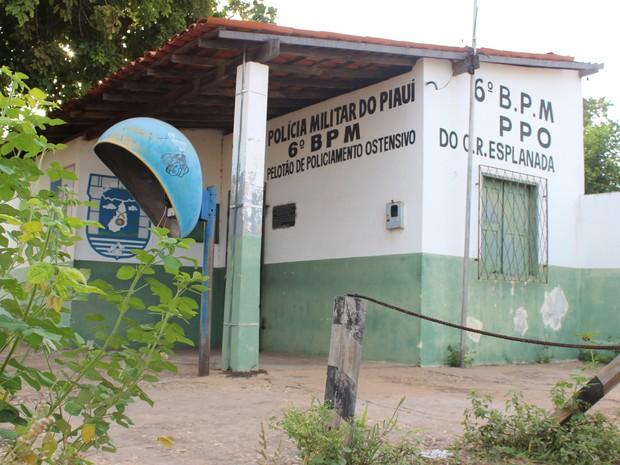 Posto Policial na Zona Sul de Teresina foi fechado e local está sendo tomado pelo mato (Foto: Patrícia Andrade/G1)